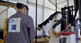 Ouvrier utilisant une machine de construction 3D